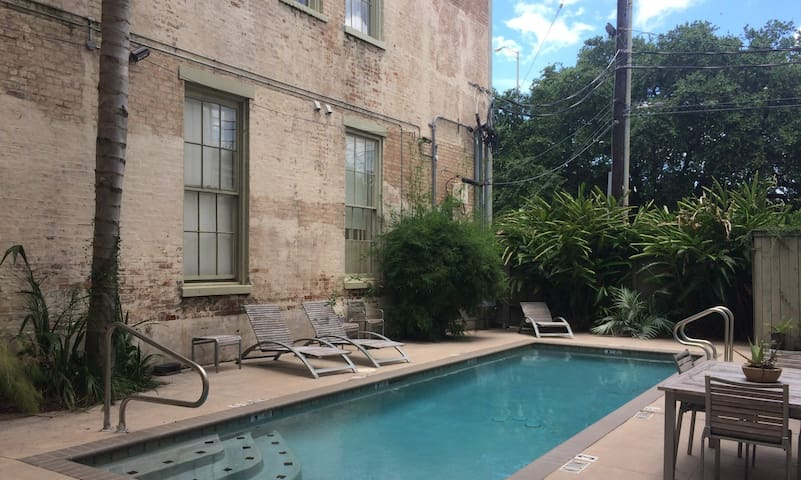 Cozy Apartment in LGD with Pool + Parking Garage