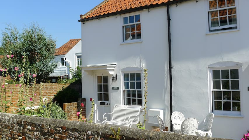 Loom Cottage. Idyllically situated, 10 mins from beach.