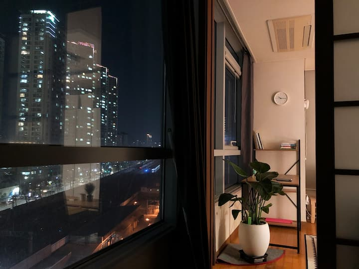 Cozy Clean Apartment - 1 MIN from STN