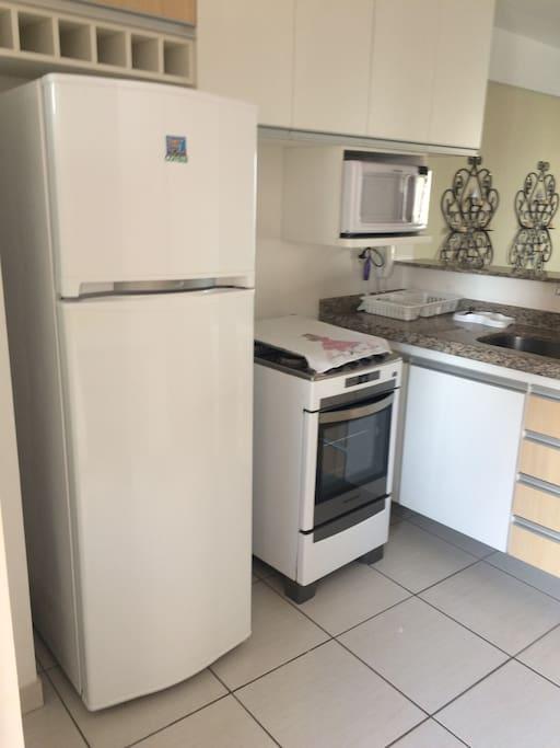 Cozinha completa com microondas