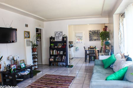 Spacious 1 Bedroom Apartment close to DTLA - Leilighet