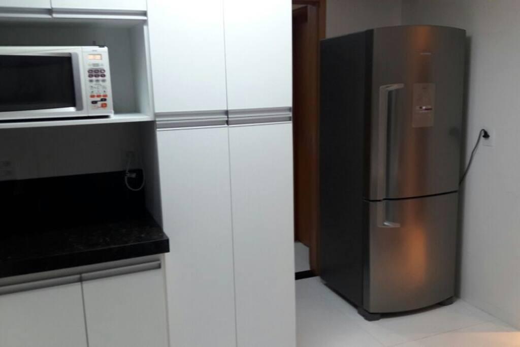 Cozinha com geladeira nova