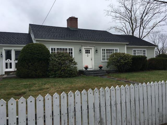 Cozy Cape Cod close to downtown Wolfeboro