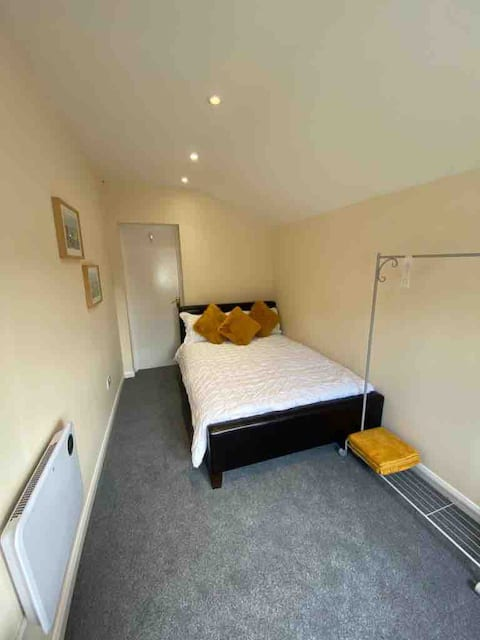 A well presented one bedroomed annexe with parking