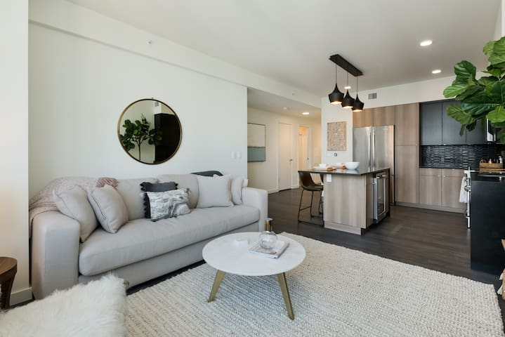 Elegant, penthouse 1BR with scenic views