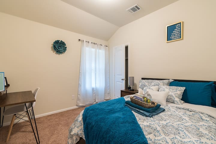 Stylish Teal room near top DFW attractions