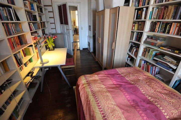 Bett im Bücherzimmer