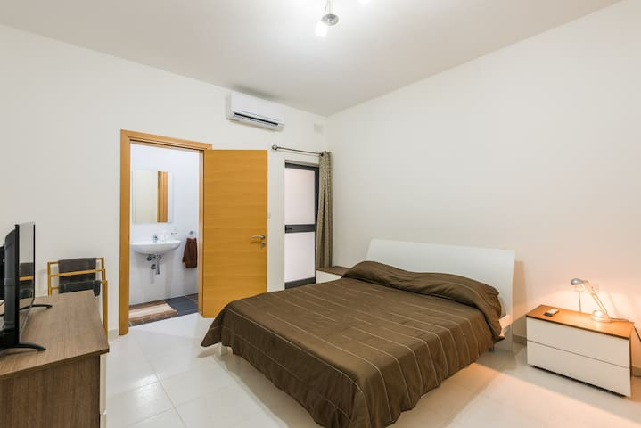 Modern en suite A/C room -  University & Valletta