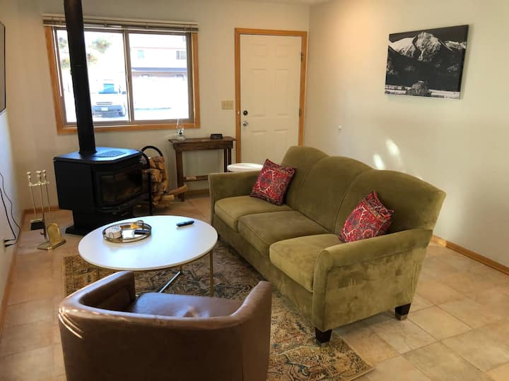 Cozy Condo with private entrance and outdoor patio. Newly refurnished!