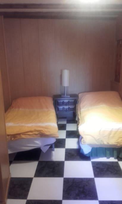 La habitacion es muy amplia y se monta con varias camas. Depende de los huespedes.