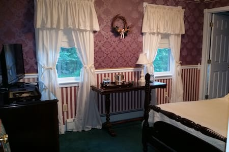 """The VictoriAnn Cottage"" Raspberry Room"