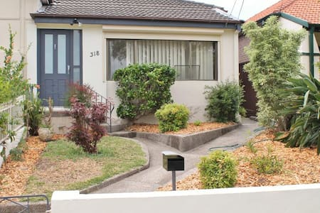 3 Beds + Office Home in the Heart of Kingsford - Kingsford - Casa