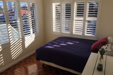Bright double bedroom by Manly beach - Manly