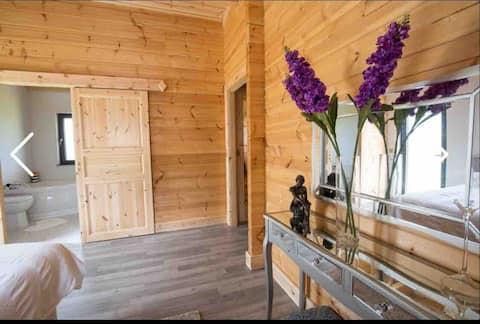 Beautiful Log Cabin all mod cons. Walks Bikes Golf