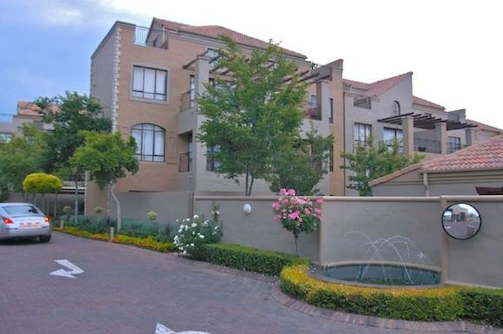 Centrally located loft - Sandton - Apartment