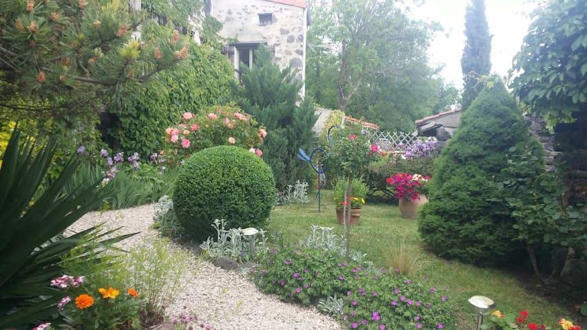 Charme et authenticité pour ce gîte - Tourzel-Ronzières - House