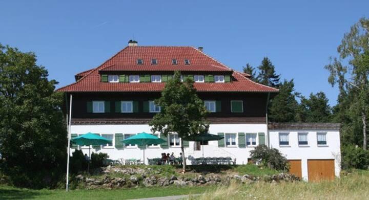 Höhengasthof Wanderheim Nägelehaus, (Albstadt), Dreibettzimmer mit Dusche und WC