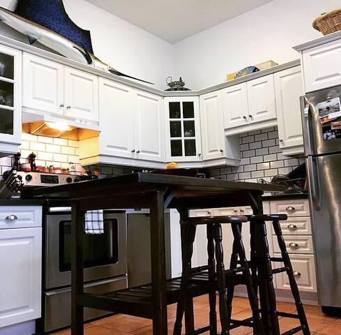 Spacious kitchen w/ all 5 appliances (east so sunrise!)
