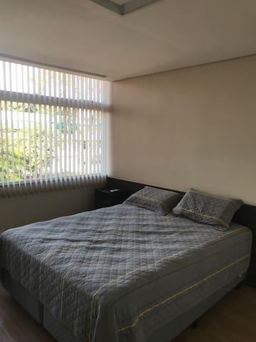 Excelente quarto. Apartamento em ótima localização