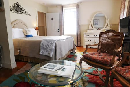 1875 BEDROOM 1,  Mississippi River Views, Blue Door Inn
