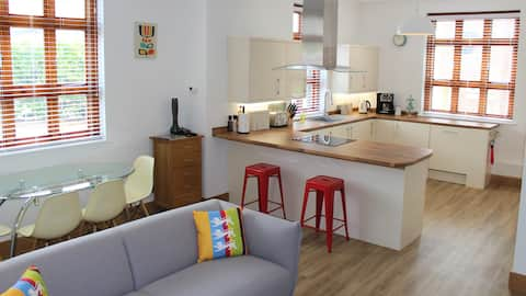 Apartment 1, Wheathampstead Place - light and airy with 2 good size bedrooms (super king and a king, which can be made into 2 single beds), central village location, parking for 2 cars, Aqua-Lisa shower.