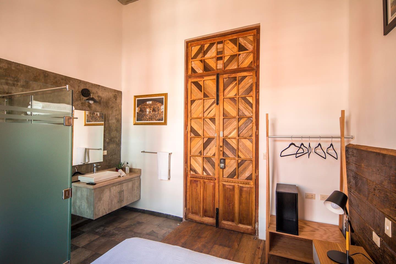 Esta habitación cuenta con acabados en madera elaborados de manera totalmente artesanal con productos locales