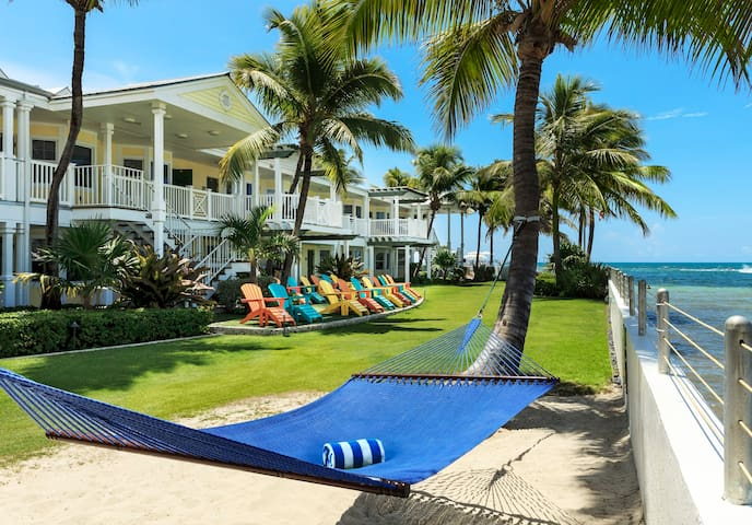 Southernmost Beach Resort: West Lawn