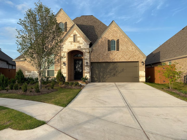 SPACIOUS 5 Bed home Aliana, TX | The Dunbeg Place