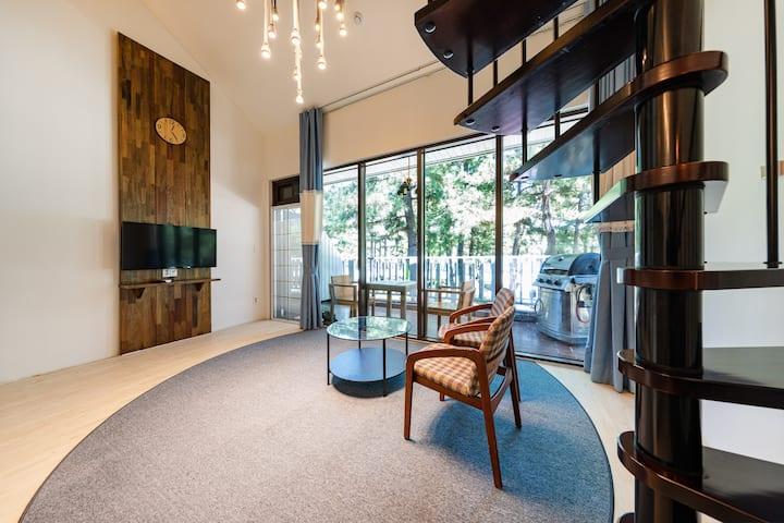 깔끔하고 모던한 디자인과 스파의 여유를 즐길 수 있는 러블리스파 객실