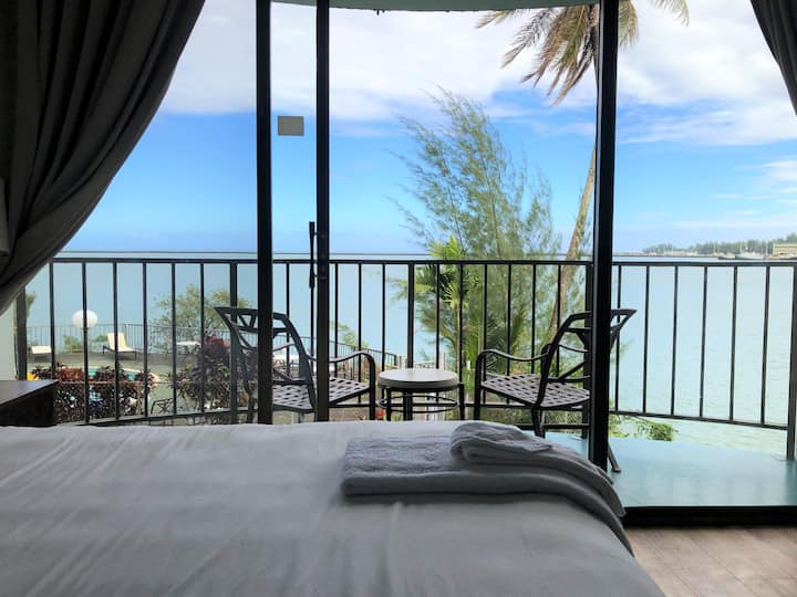 Oceanfront 2 Double Beds at Pagoda Hilo Bay