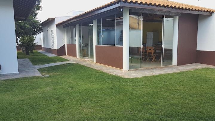 Casa espaçosa, varanda gourmet, quintal e jardim.