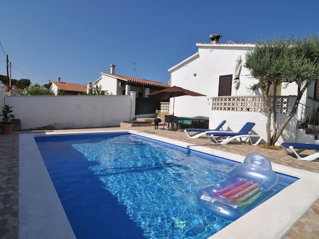 SUNNY HOUSE WITH PRIVATE SWIMMING POOL + WIFI