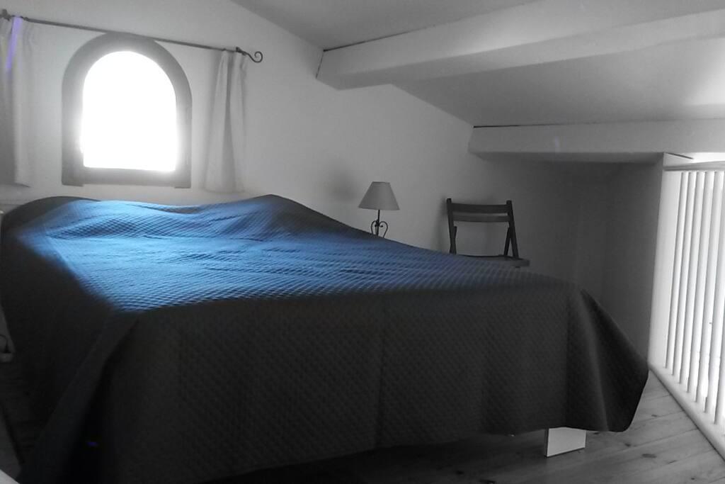 chambre sous mezzanine avec vue sur collines