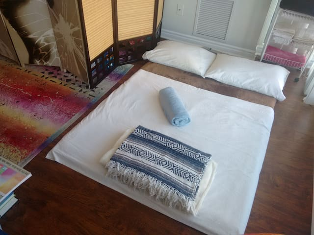(WOMEN ONLY) COMFY MATS IN A SHARED LIVING ROOM