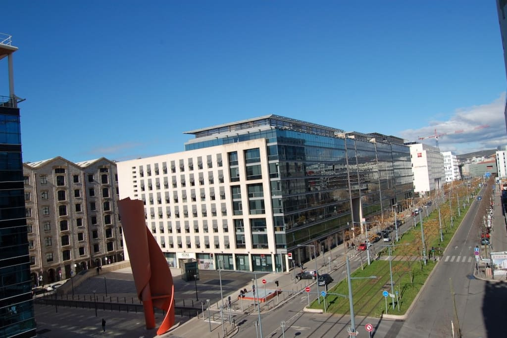 Vu du balcon, le tramway au pied de l'immeuble
