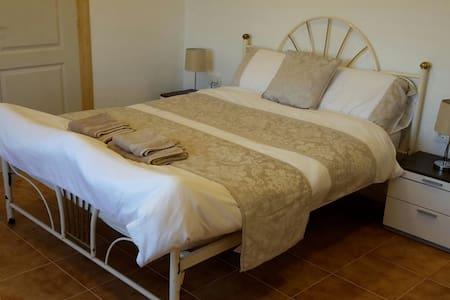 Double en-suite room2 at Casa James - Salinas - Oda + Kahvaltı