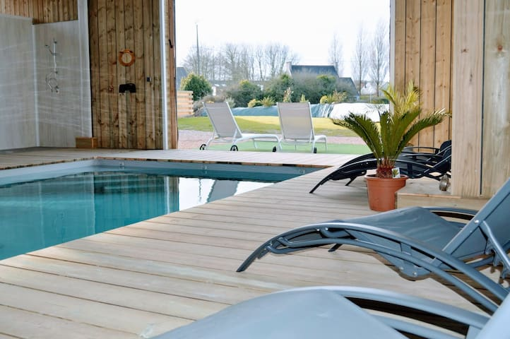 Swimming pool villa for 10 people in Guisseny