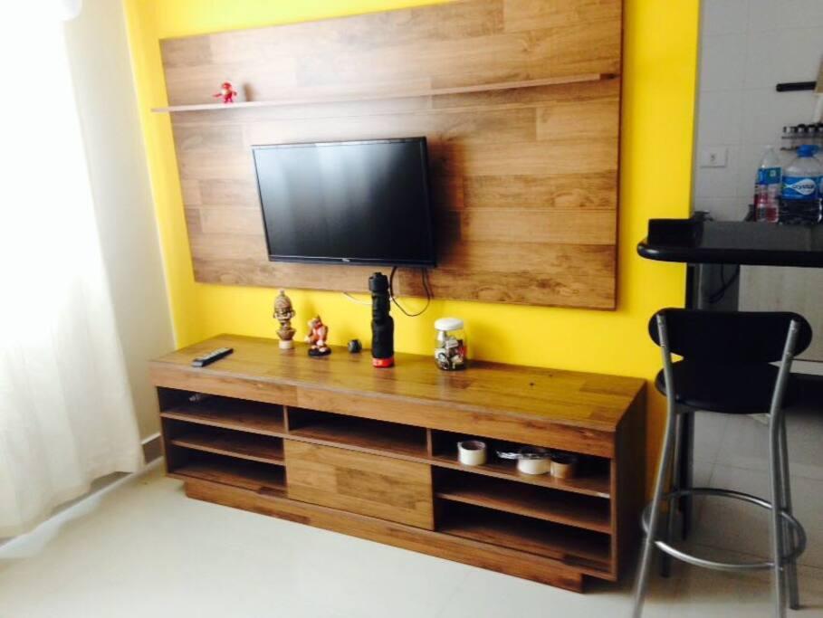 Sala Estar com estante TV e Sofá Cama Casal