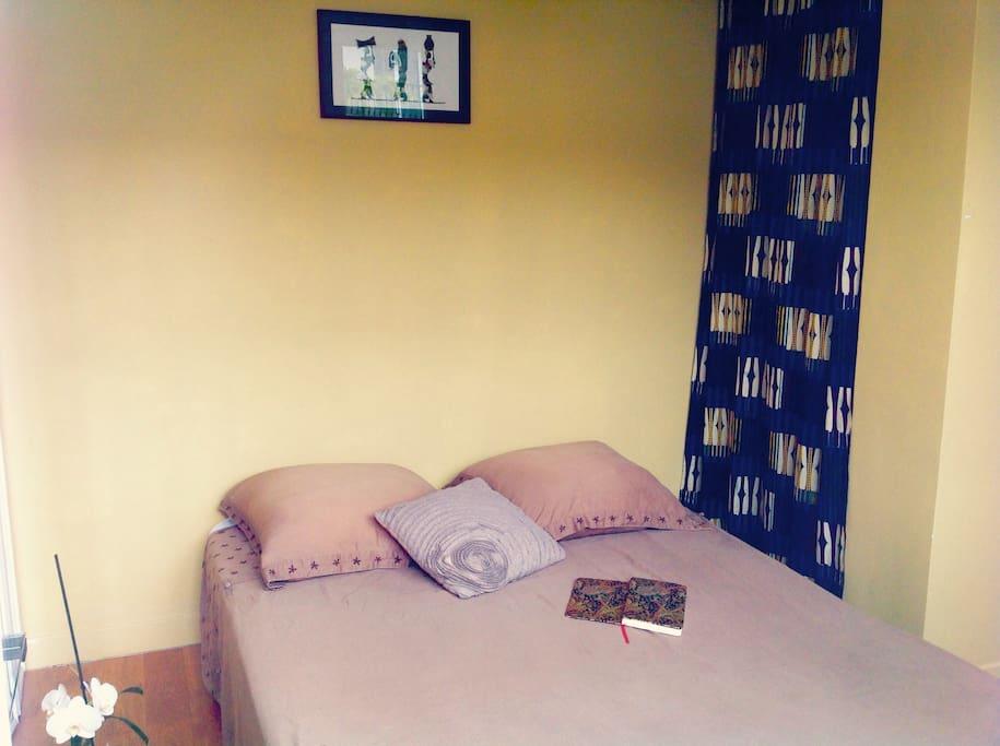 Avec le lit déplié ! Chambre en Rez-de-chaussée, indépendante du reste du logement. Salle de bain privative en étage .