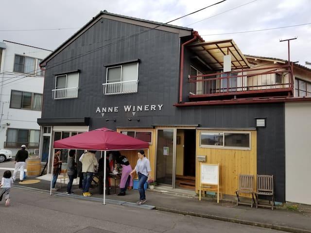 アンワイナリーの2階、小諸駅から徒歩5分、1階でワイン&シードルを醸造してます。