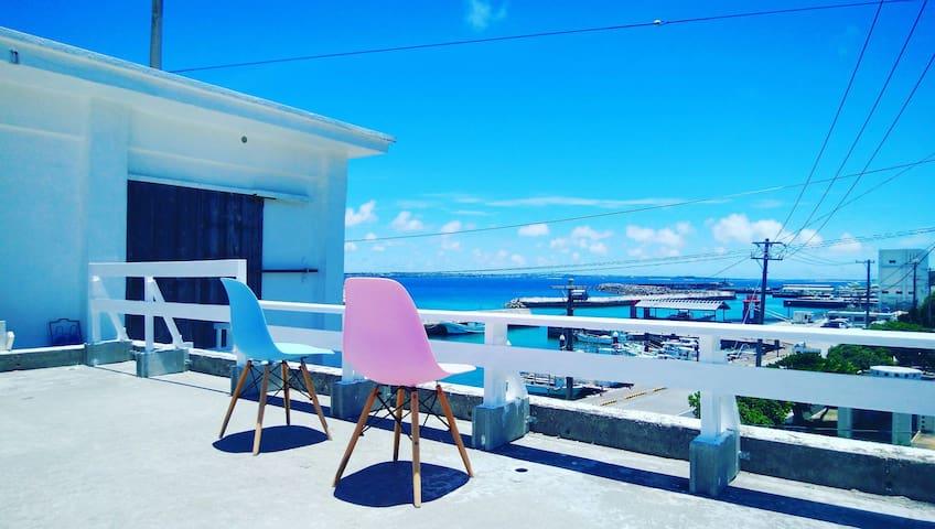 屋上とテラスから港を一望できる伊良部島の一軒家