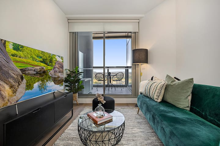 Chic High-Rise Unit with Balcony, Pool and Parking