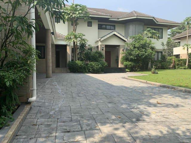 曼谷市区高端800平独栋别墅·私人泳池草坪·免费接送机·24h佣人服务