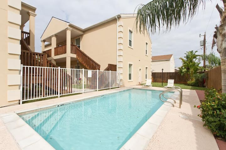 Escape#5 1st Floor, Sleeps 9, Close to Beach, Pool