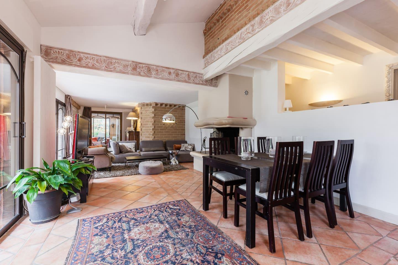 Pièce à vivre, canapé, cheminee, table avec rallonges pour 12 personnes / Living room, sofa, fireplace,  table with extension for 12