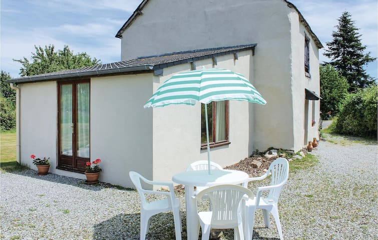 Holiday cottage with 2 bedrooms on 70 m² in Ménéac