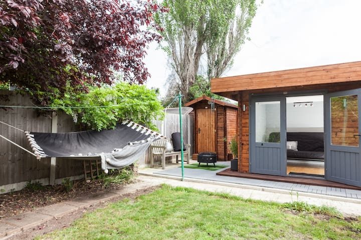 Zen lodge cabin & Eco toilet in back garden