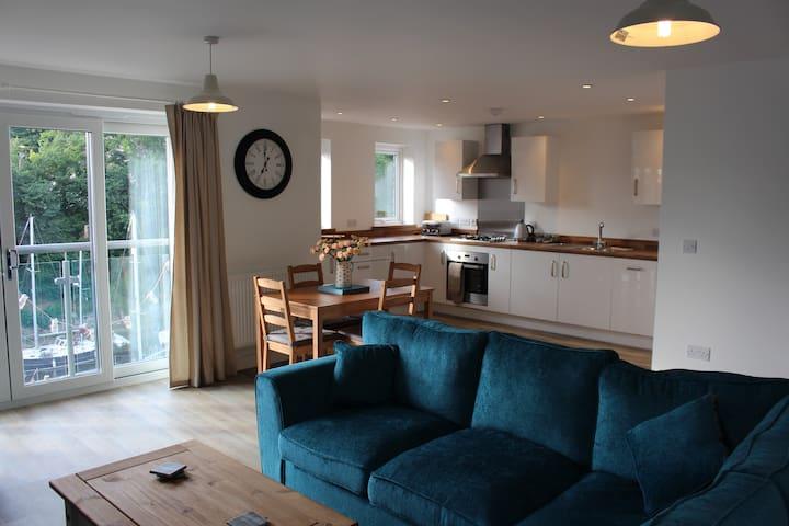 Modern Coastal Flat in Snowdonia/Golygfa o'r Fenai - Y Felinheli, Wales, GB - Apartamento