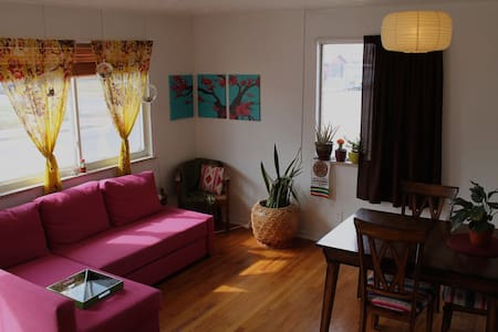 2 Bedrooms in Bright and Cozy S. Broadway House - Englewood - Haus
