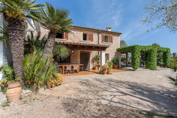 Authentic Mallorcan villa with private pool in the countryside. 10 minutes drive to the beach.